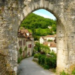 Couer de Lion seen through village arch
